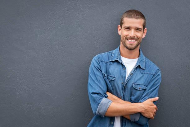 Schöne junge Mann lächelnd – Foto