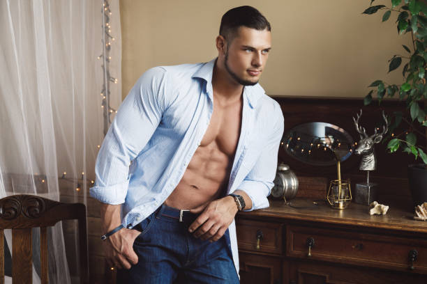 guapo joven con camisa azul - hombres grandes musculosos fotografías e imágenes de stock