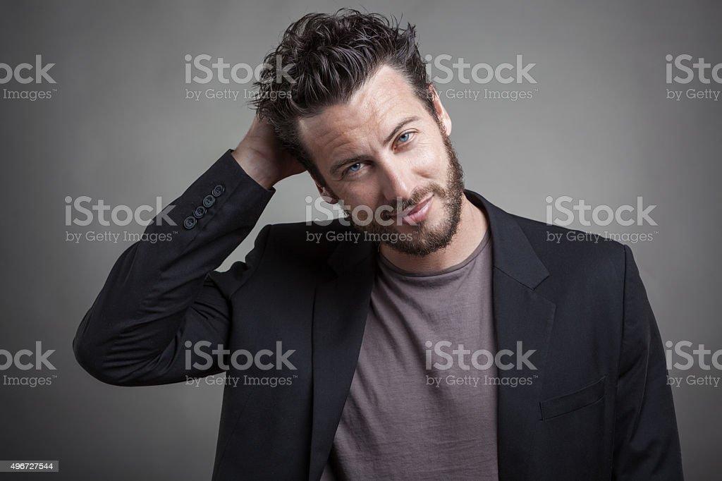 Gut aussehender junger Mann trägt grauen Anzug – Foto