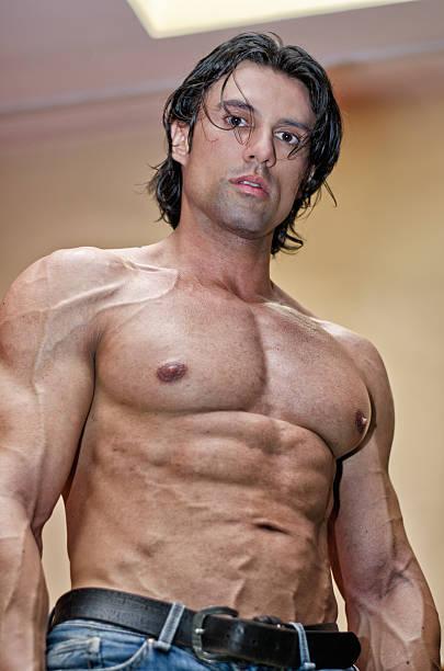 ハンサムな若い男性、筋肉、身体から見たネイクド以下 ストックフォト