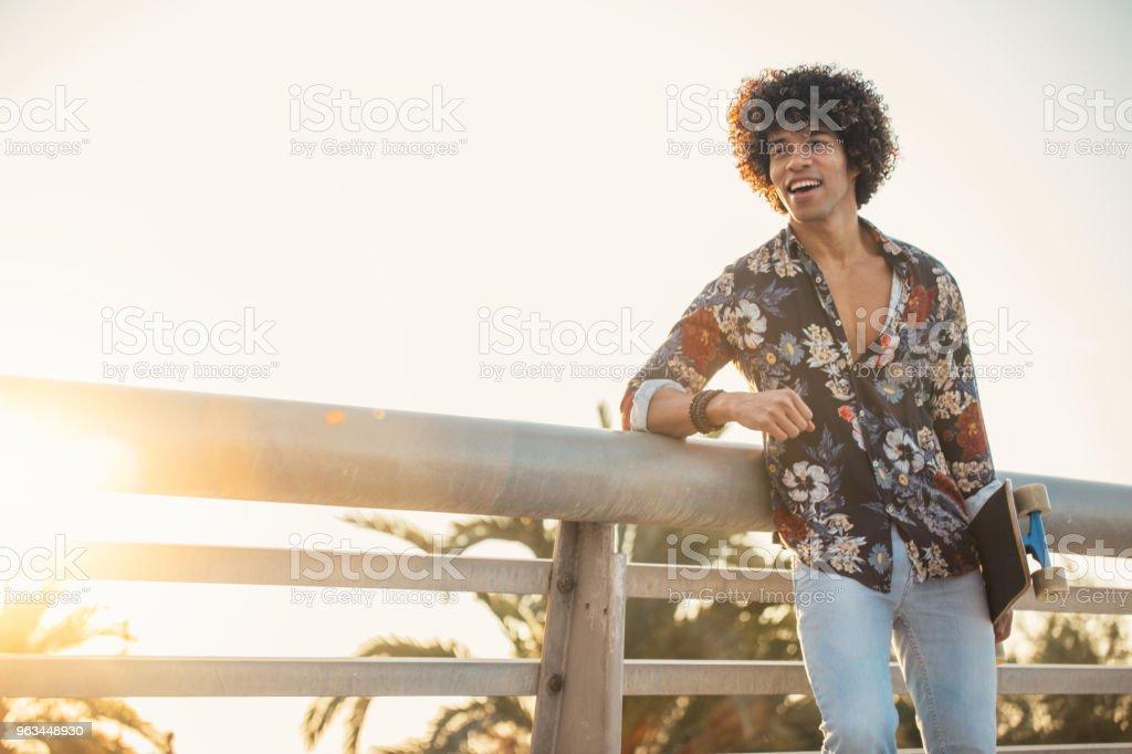 Yakışıklı delikanlı kaykay ile - Royalty-free Ayakta durmak Stok görsel