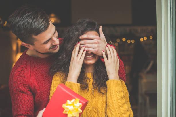 Guapos jóvenes dando regalos a su bella novia - foto de stock