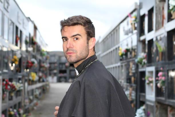 hübscher junger priester hautnah - la union stock-fotos und bilder