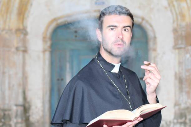 hübscher junger priester rauchen schließen sich - la union stock-fotos und bilder