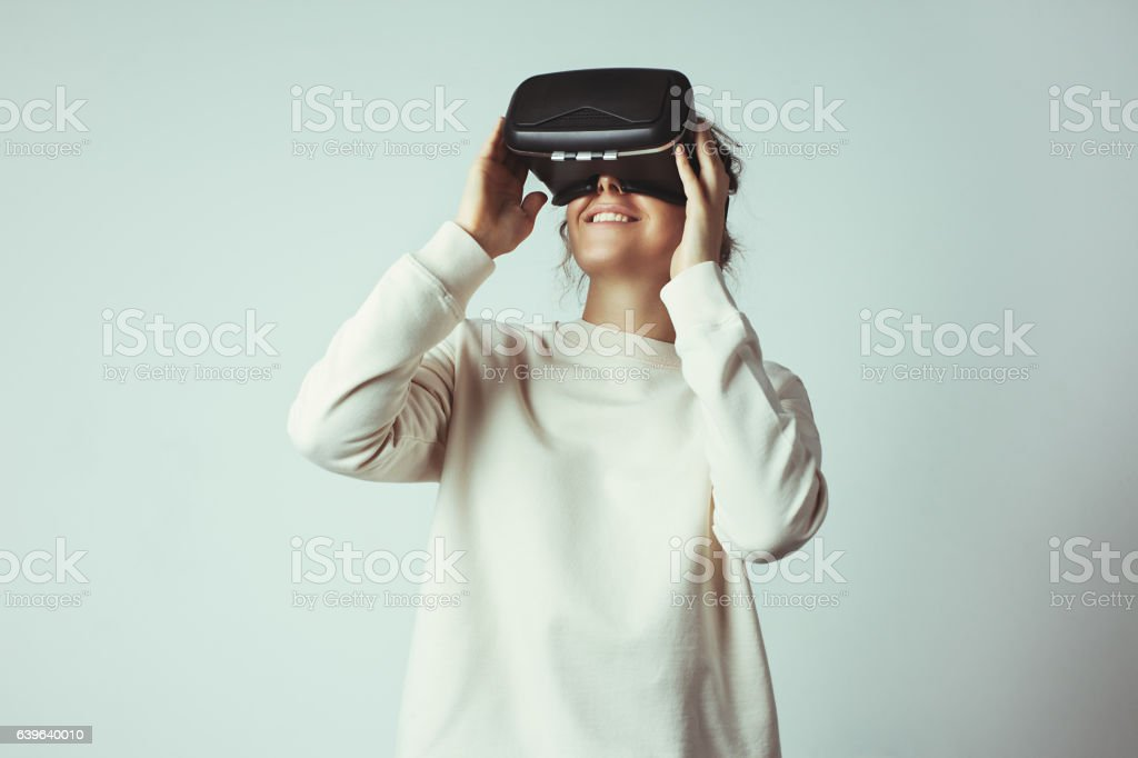 Handsome young woman wearing virtual headset – Foto
