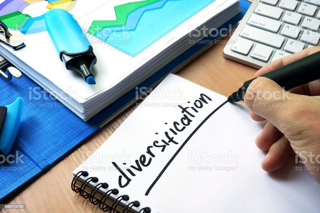Diversification du manuscrit signe dans une note. - Photo