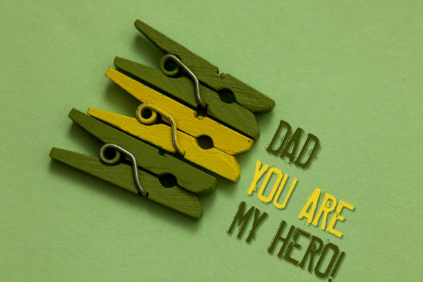 handschrift text schreiben papa sie sind mein held. konzept heißt bewunderung für ihr vater liebe gefühle kompliment, dass olive boden gelegt büroklammer vor text von oliven- und gelbe farbe. - papa zitate stock-fotos und bilder