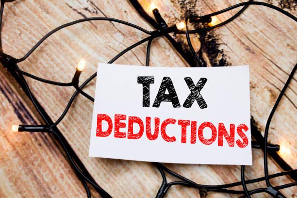 handskriven text bildtexten visar skatteavdrag. affärsidé som skriver för finance inkommande pengar skatteavdrag på fästis papper på trä bakgrund. - ta en paus bildbanksfoton och bilder
