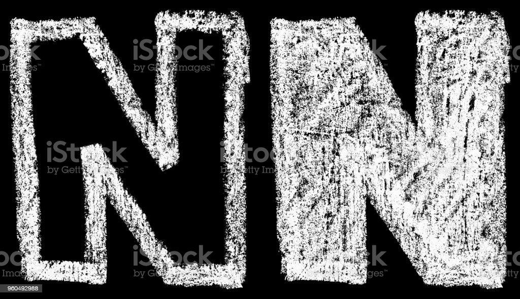 handschriftliche weiße Kreide englische Buchstaben N auf schwarzem Hintergrund isoliert – Foto