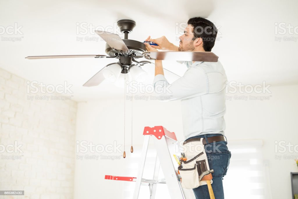 Handwerker, die Installation von eines Deckenventilators – Foto