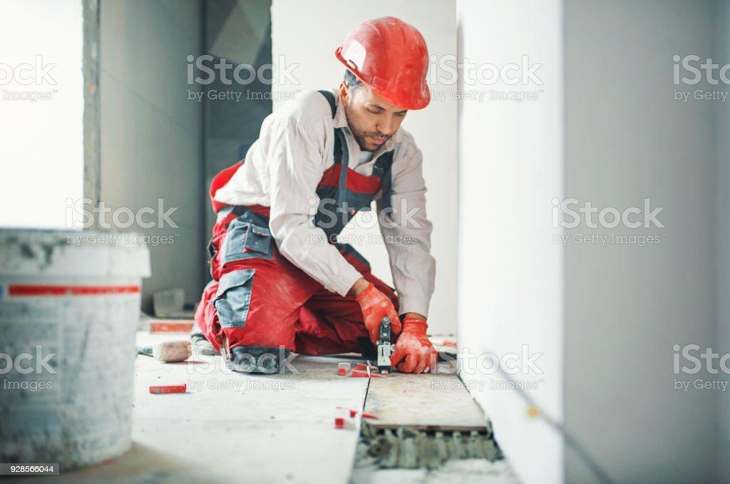 Handwerker, die Installierung der Keramikziegel. – Foto