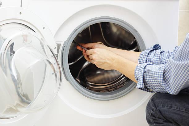Mann für eine Waschmaschine reparieren – Foto