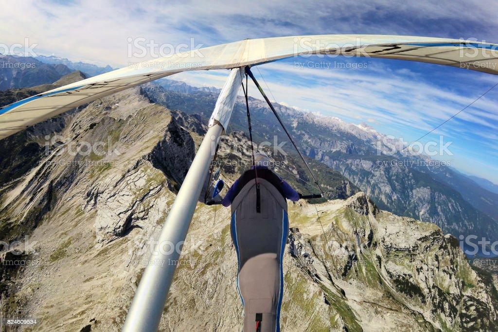 Piloto de ala delta sobrevolando el Monte Krn - foto de stock