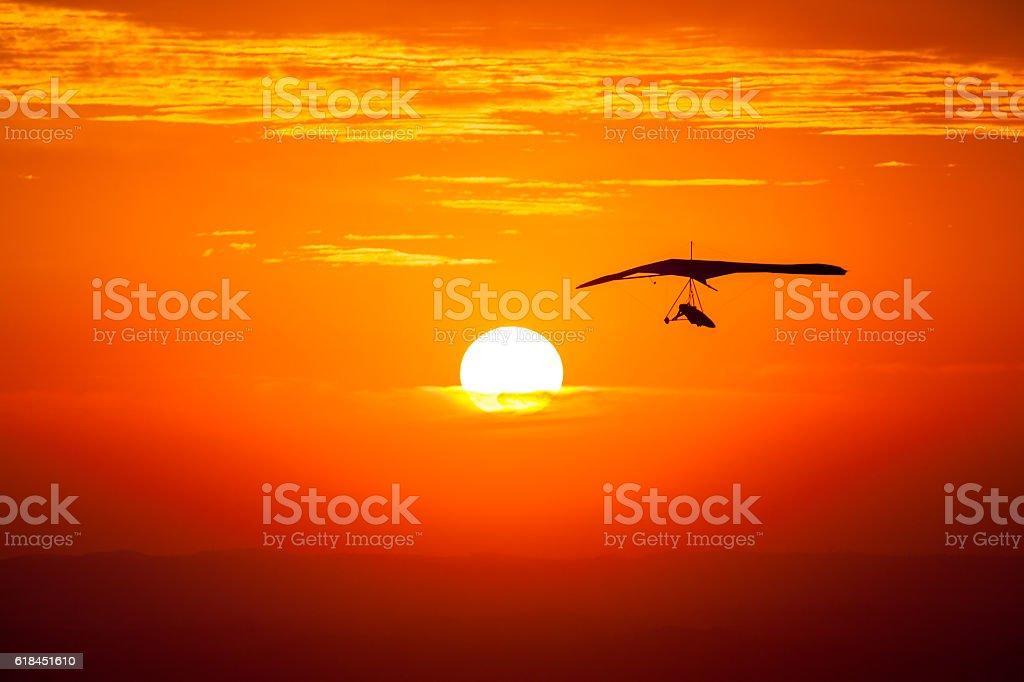 Hang gliding in the sunset - foto de acervo