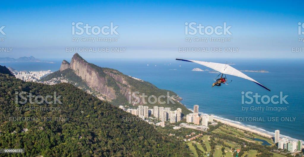 Ala delta de Pedra Bonita es una actividad de búsqueda de la emoción popular. Con vistas a Río de Janeiro, Brasil - foto de stock