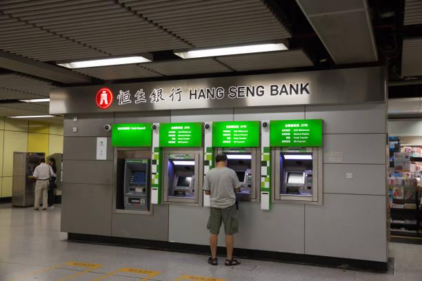 hang seng bank in mtr-station, hong kong - hang seng index stock-fotos und bilder