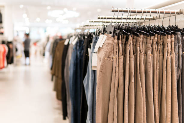 bügel des beige jeans mode kleidung zu speichern. - modedetails stock-fotos und bilder