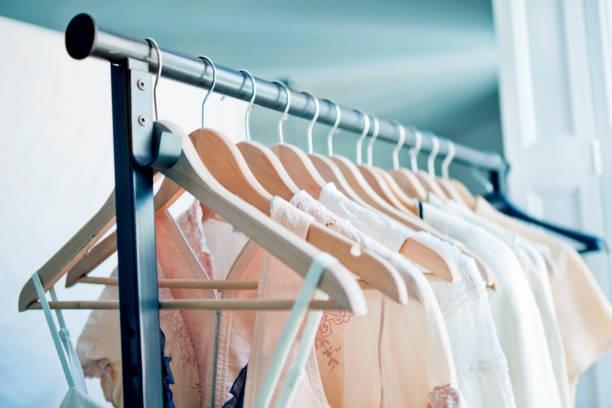 Cintres avec des vêtements - Photo