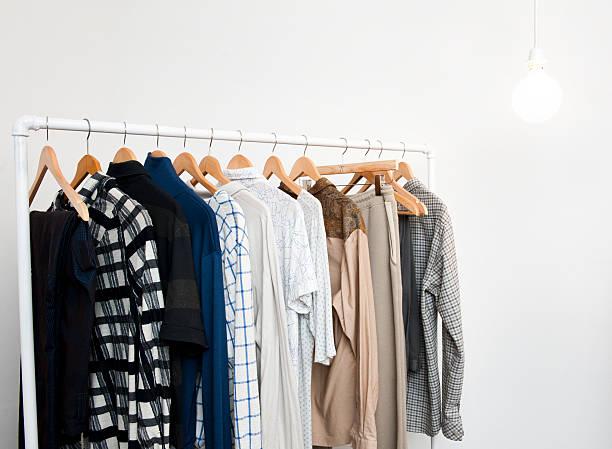 Perchas con ropa (Haga clic para obtener más información) - foto de stock