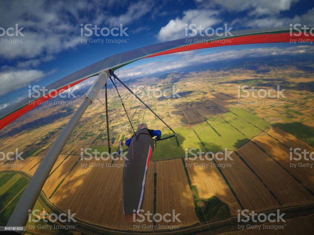 Hangglider voando sobre belo vale - foto de acervo