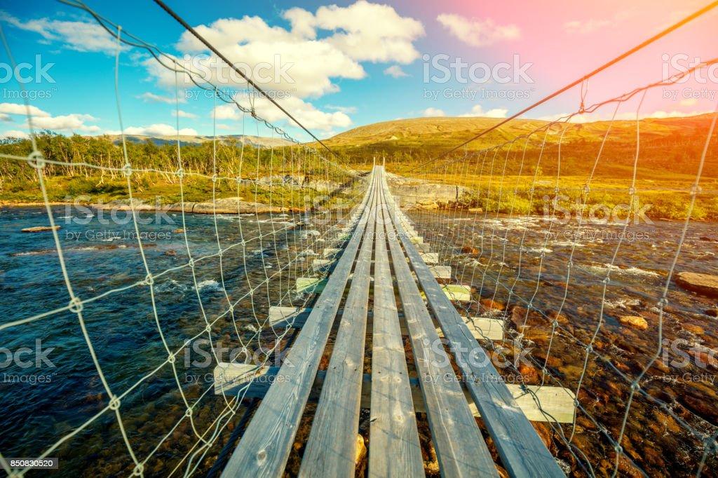 Hängebrücke über einem Bergfluss – Foto