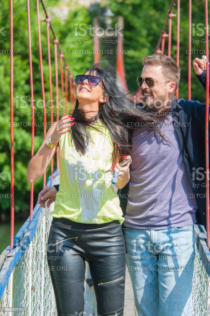 Wiszący most nad rzeką. - Zbiór zdjęć royalty-free (Badanie)