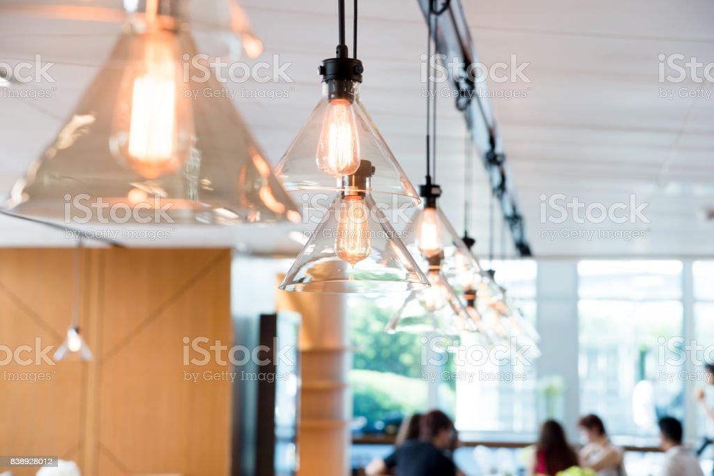 Suspendus au plafond lumières dans un espace moderne de bureaux