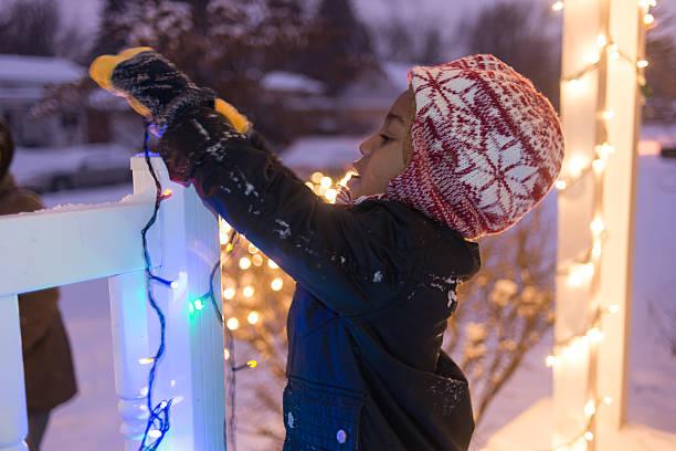 hanging christmas lights - vorbau dekor stock-fotos und bilder