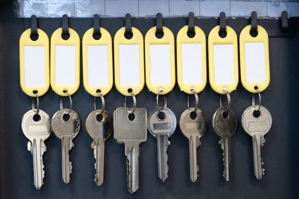 Hängenden Schlüssel im Metallschrank für Sicherheit Büro oder Haushalt Schlüssel-Management und halten. Tasten mit leere Namensschilder, Platz für text – Foto