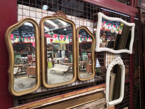 hängenden spiegel zu verkaufen - maschendrahtzaun preis stock-fotos und bilder