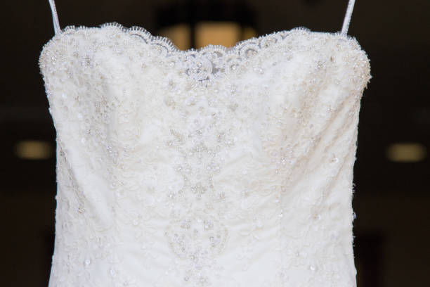 hanging weißen brautkleid - brautkleid trägerlos stock-fotos und bilder