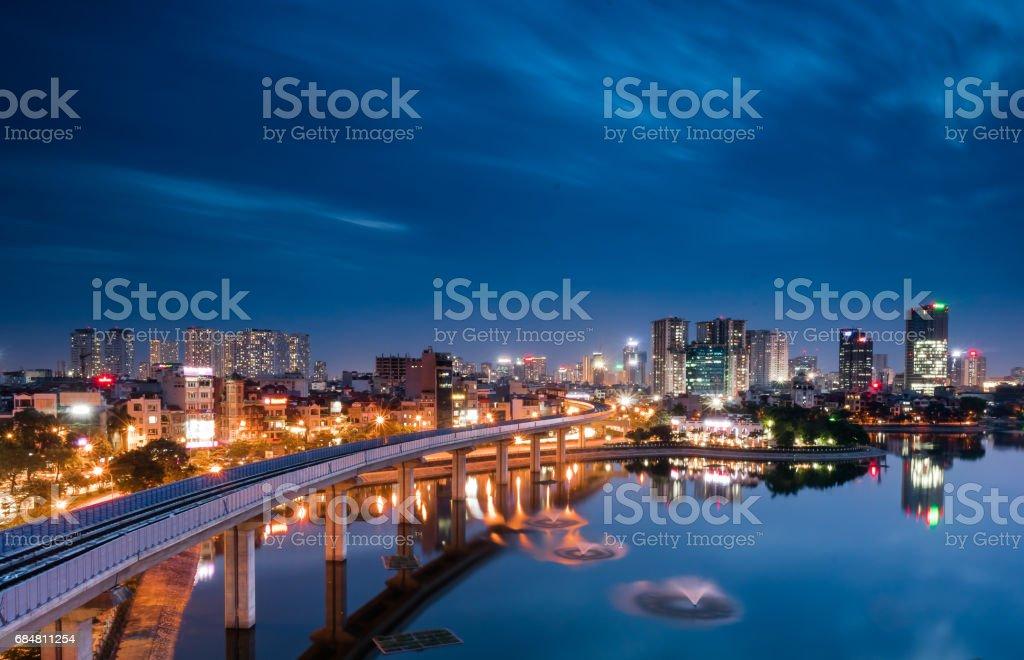 Hanoi Urbana En La Noche Con El Edificio Refección En El Lago Foto