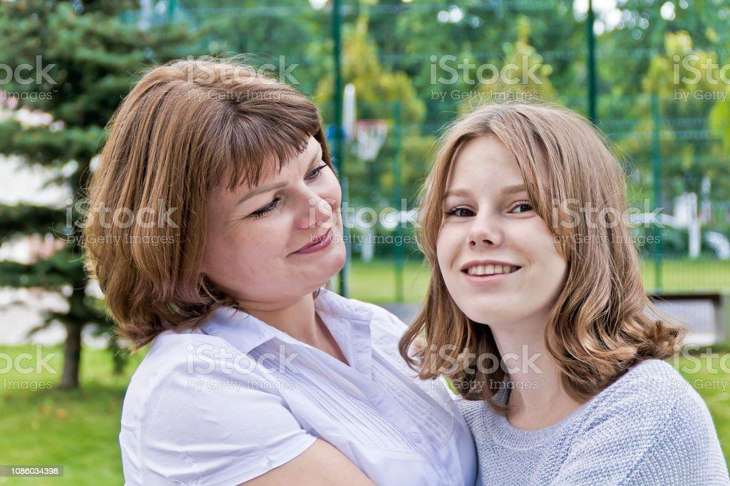 Mais feliz mãe e filha de 14 anos de idade - foto de acervo