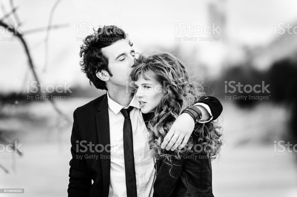 Couple de bonheur embrasse. Jeune homme embrasse une fille. - Photo