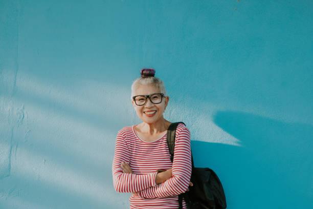 シニアヒップスタータイ女性の幸福の顔 - showus ストックフォトと画像