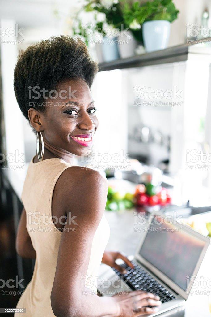 Szczęście F kobieta w barze Licznik w kuchni zbiór zdjęć royalty-free