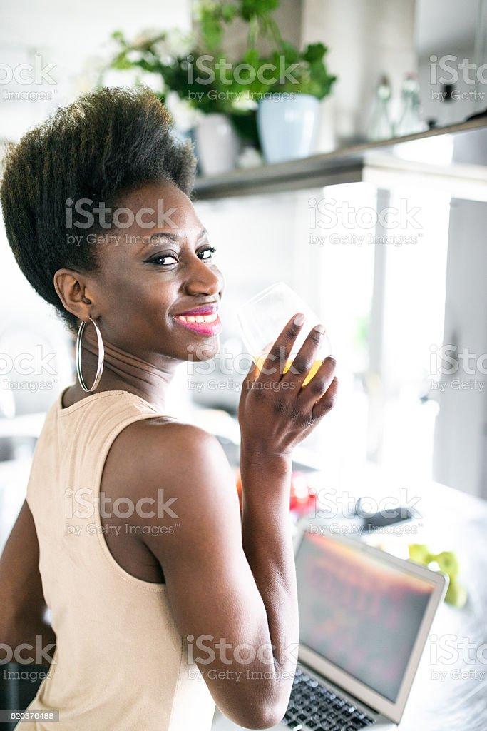 Felicidade Fr mulher de pé no bar balcão na cozinha foto de stock royalty-free