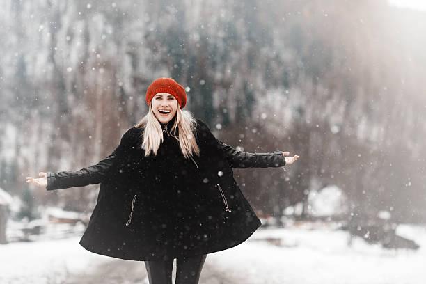 happiness in the winter - gute winterjacken stock-fotos und bilder