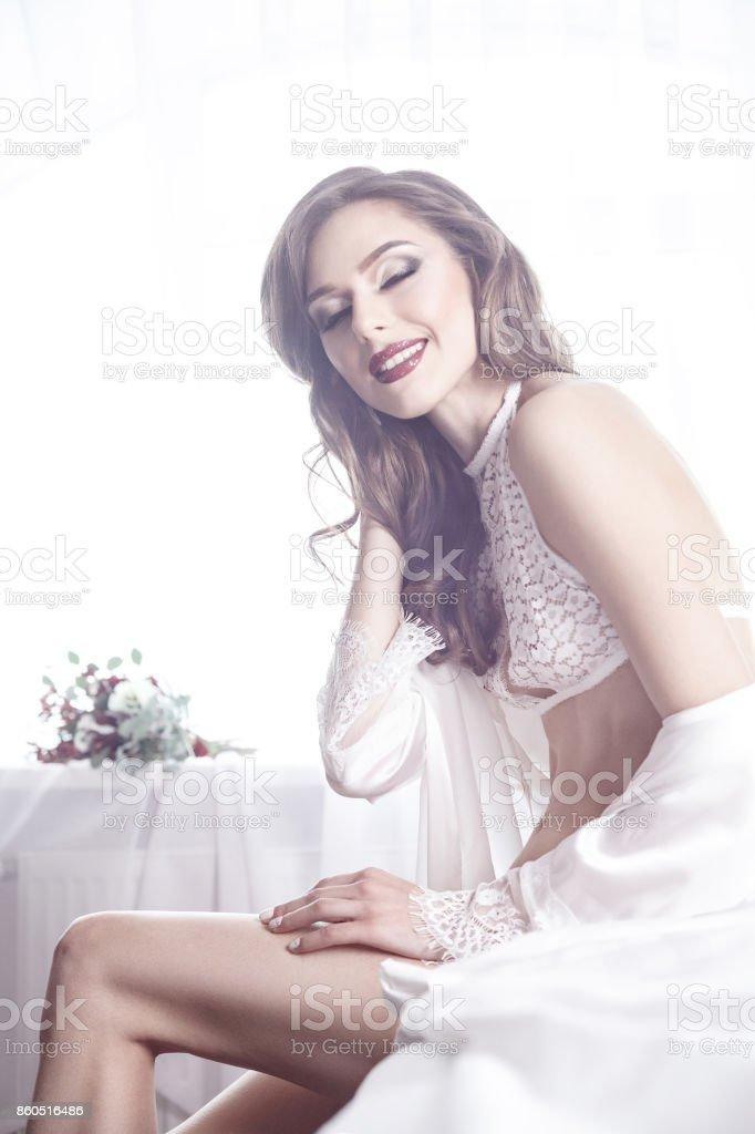 Frau im nachthemd nackt