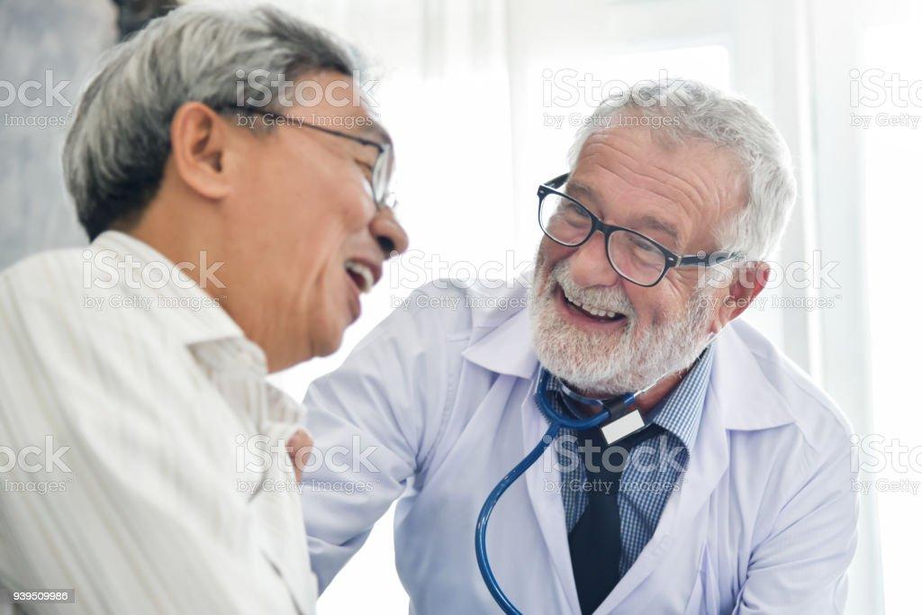 Bonheur du médecin de sexe masculin Senior avec patient masculin asiatique. photo libre de droits