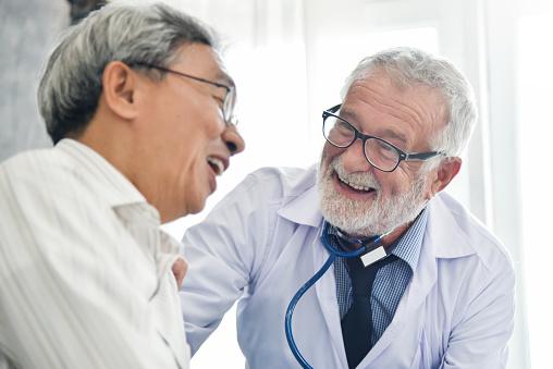 Lycka Av Manliga Överläkare Med Asiatisk Manlig Patient-foton och fler bilder på Allmänläkare