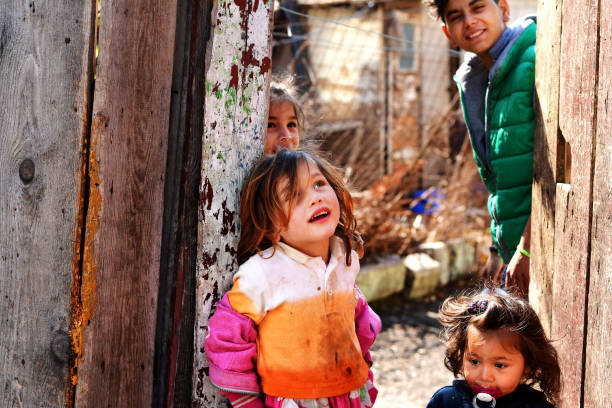 bonheur des enfants pauvres - roumanie photos et images de collection