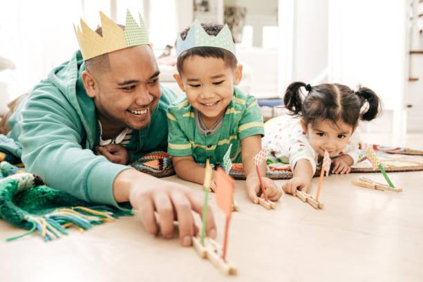 felicidad de ser padre - intergénero fotografías e imágenes de stock