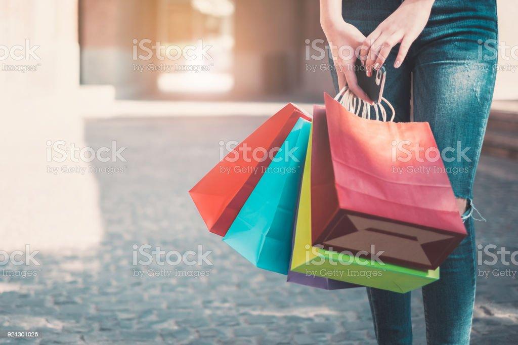 Glück-Frau mit Einkaufstüten mit Exemplar für Slogan oder SMS. – Foto