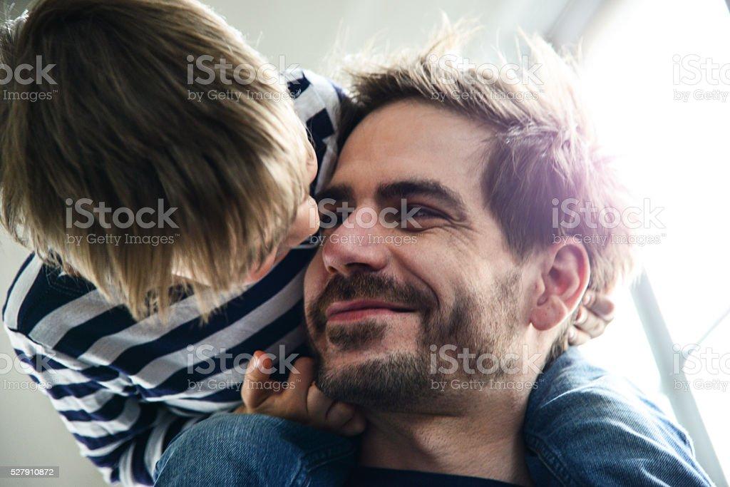 Heureux jeune père avec son fils s'amuser - Photo