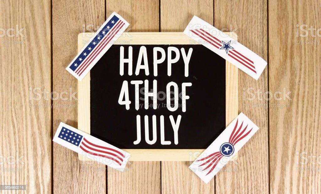 Happy 4. Juli Typografie über Holz Hintergrund. Fotobild - Lizenzfrei Bauholz-Brett Stock-Foto
