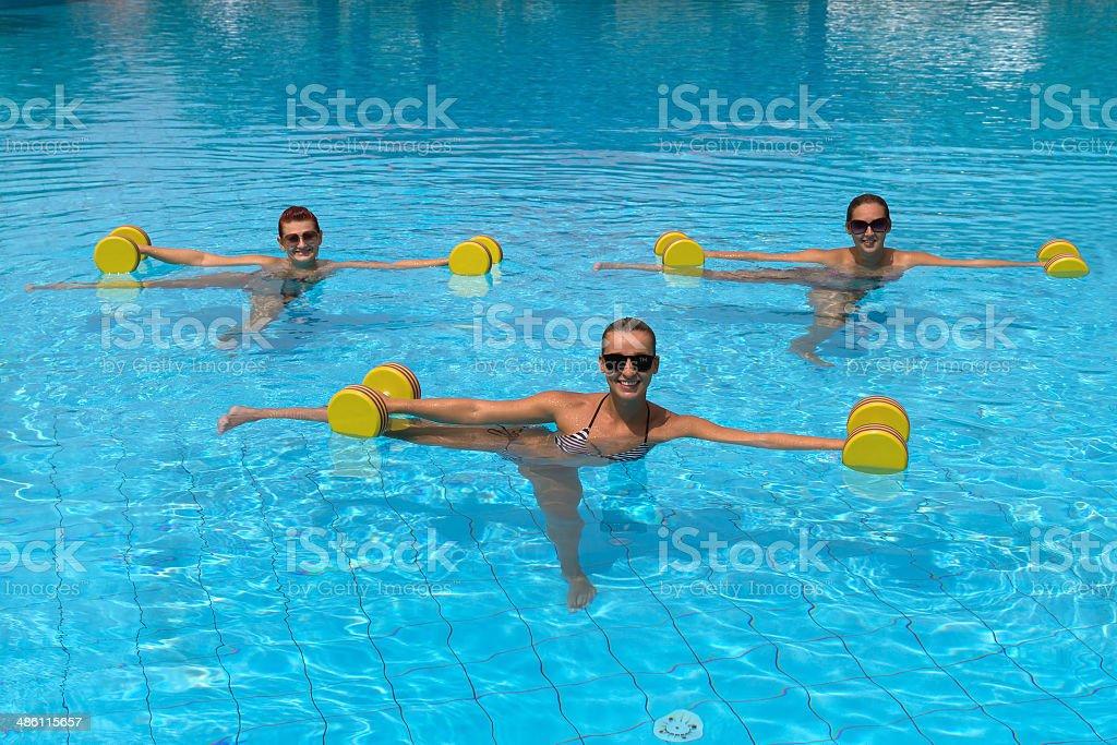 Felice fitness persone attive facendo esercizio con manubri acqua - foto stock