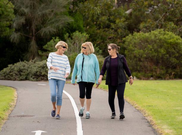 Glückliche aktive Seniorinnen gehen und trainieren gemeinsam in einem gesunden Ruhestandsleben – Foto