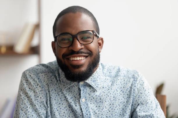 fröhlicher afrikanischer amerikanischer geschäftsmann-coach lächelnd mit blick auf kamera, porträt - fachberuf fotos stock-fotos und bilder