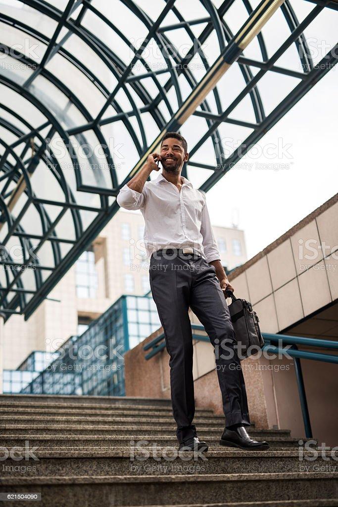 Glücklicher afroamerikanischer Geschäftsmann sprechen auf Mobiltelefon. Lizenzfreies stock-foto